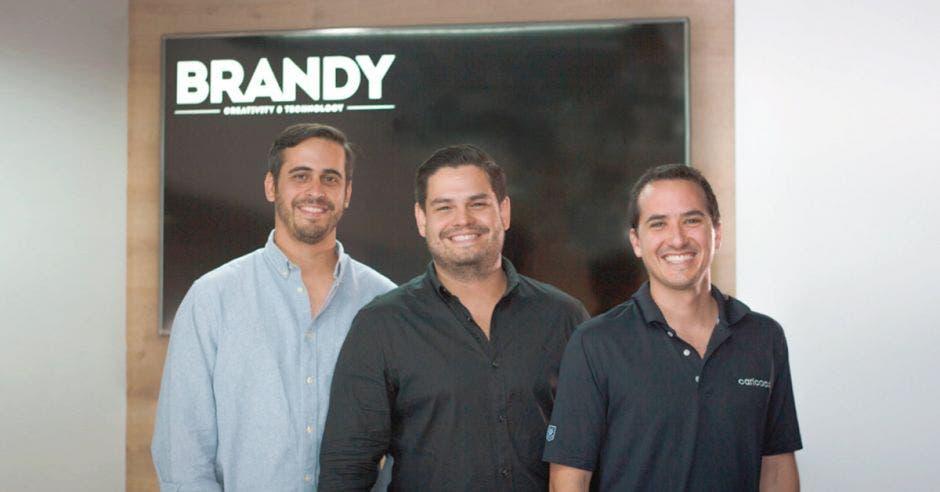 Andrés Masís, socio fundador de la firma Dint, Juan Ignacio Jiménez, CEO y fundador de Brandy, y Amadeo Quirós, socio fundador de Dint, unieron fuerzas para crear Brandy Creativity & Technology. Cortesía/La República