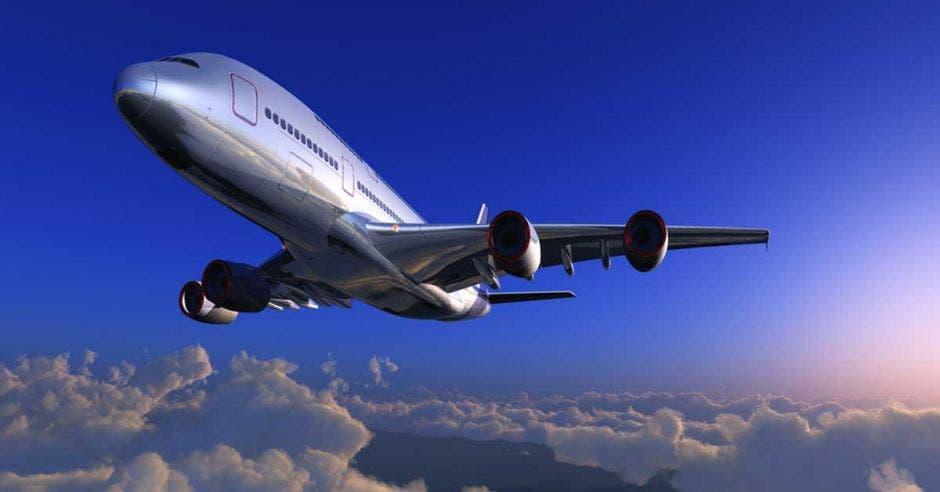 Un avión plateado surca los aires