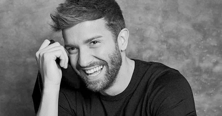 El cantante Pablo Alborán sonriendo en una foto blanco y negro
