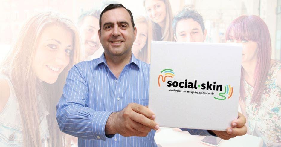 Arturo Gioacomin de Davivienda con una caja con el logo de social skin