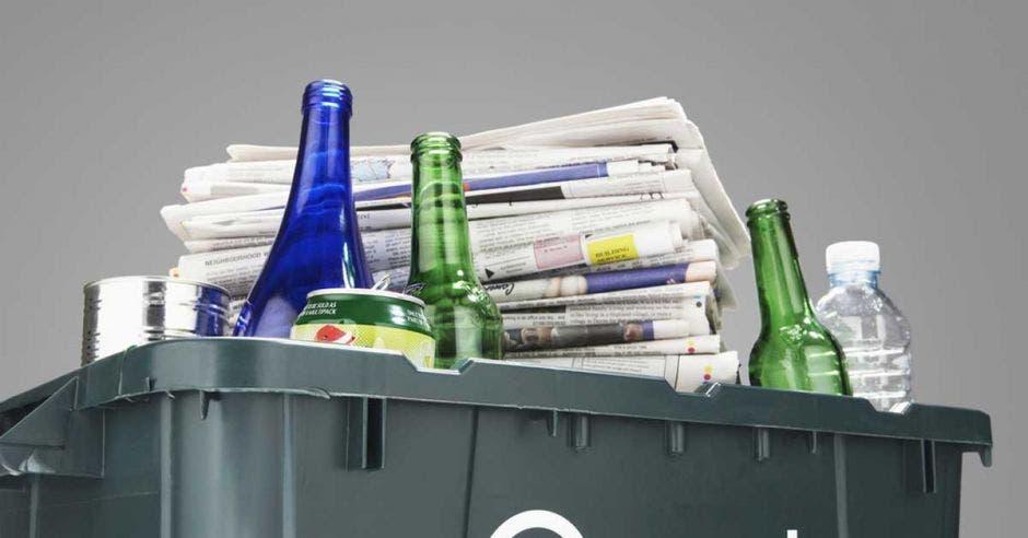 Conjunto de botellas, periódicos y otros materiales revalorizables