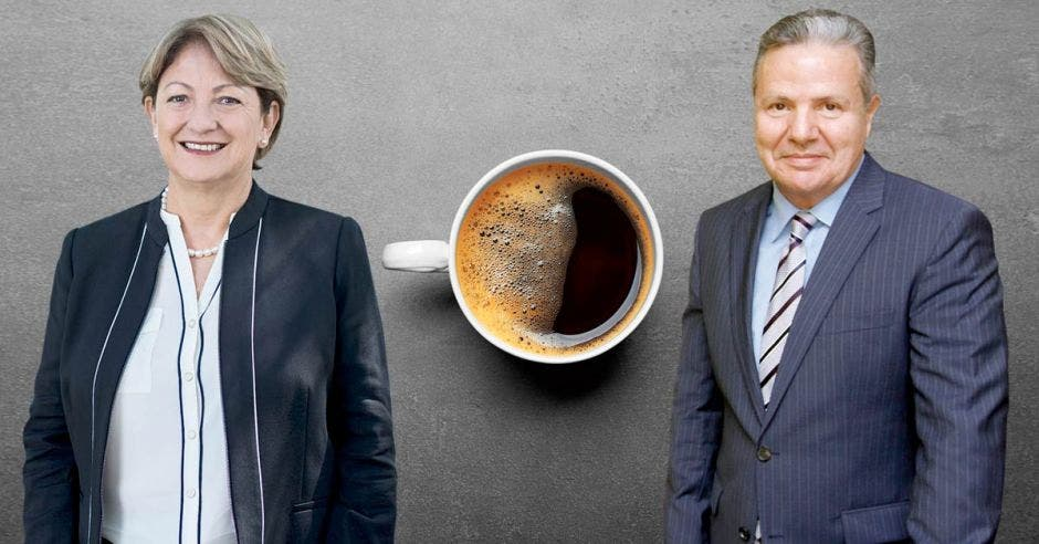 dos personas posan al lado de una taza de café