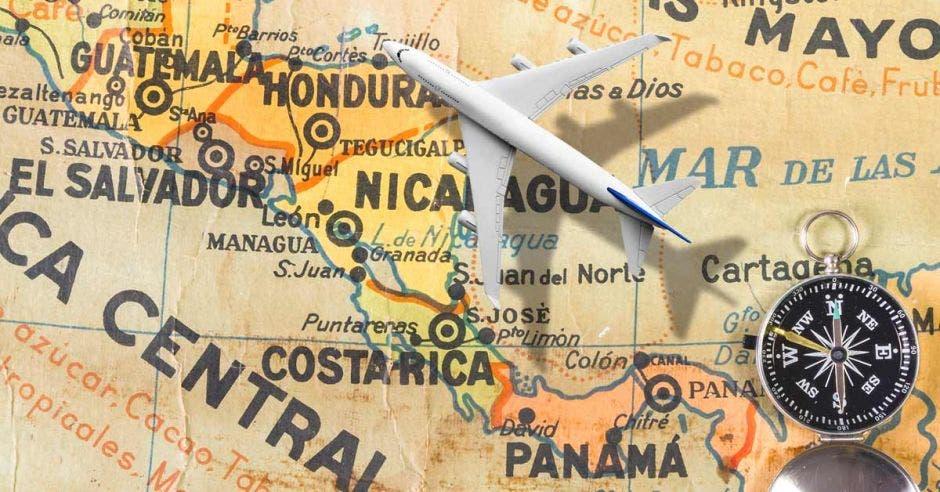 Un avión vuela sobre un mapa de Centroaerica