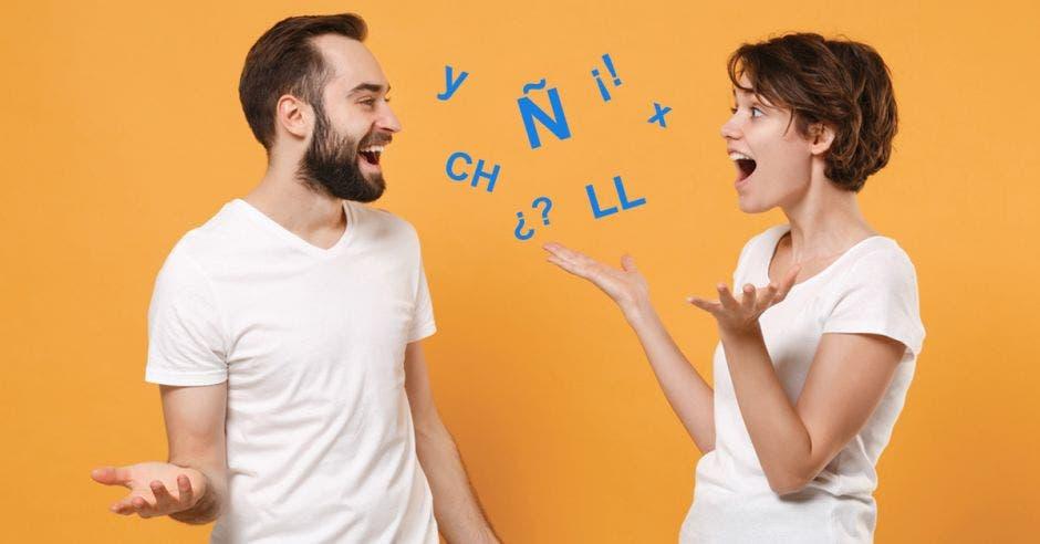 Un hombre y una mujer hablan rodeados de caracteres latinos