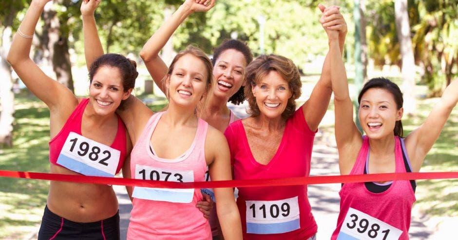 Mujeres corredoras en la meta