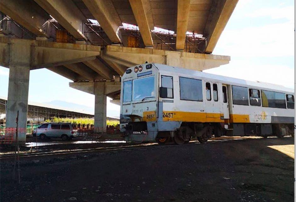 Tren pasando debajo de viaducto de Circunvalación Norte.