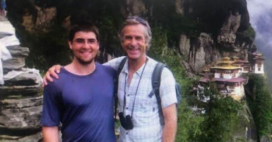 Roman Dial, junto a su hijo Cody. Cortesía/La República.