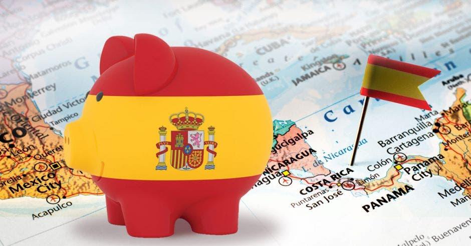 Una alcancía con la bandera de España sobre un mapa de Centroamérica