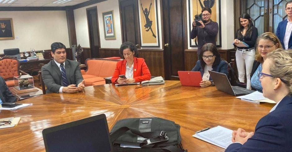 Catalina Crespo (de espalda) fue recibida hoy en Casa Presidencial por el presidente Carlos Alvarado. Cortesía/La República.