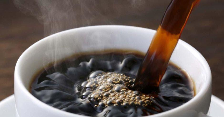 Una taza de café negro humeante
