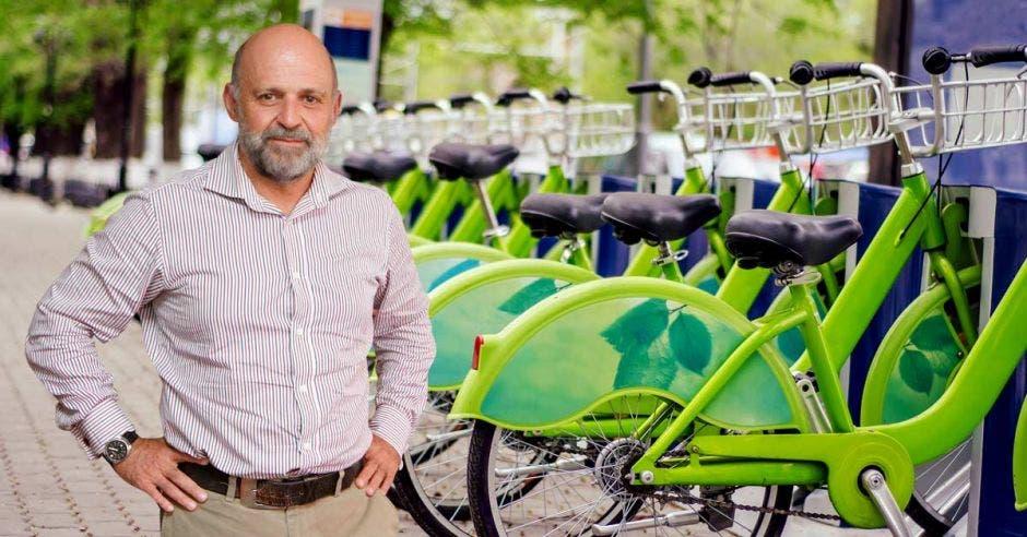 Carlos Manuel Rodriguez junto a una serie de bicicletas verdes