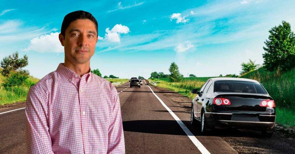 Un hombre posa sobre una carretera