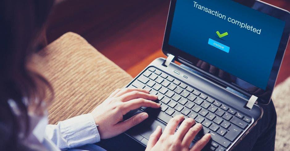 persona con una computadora
