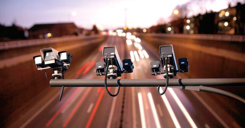 carretera con unas cámaras de control arriba
