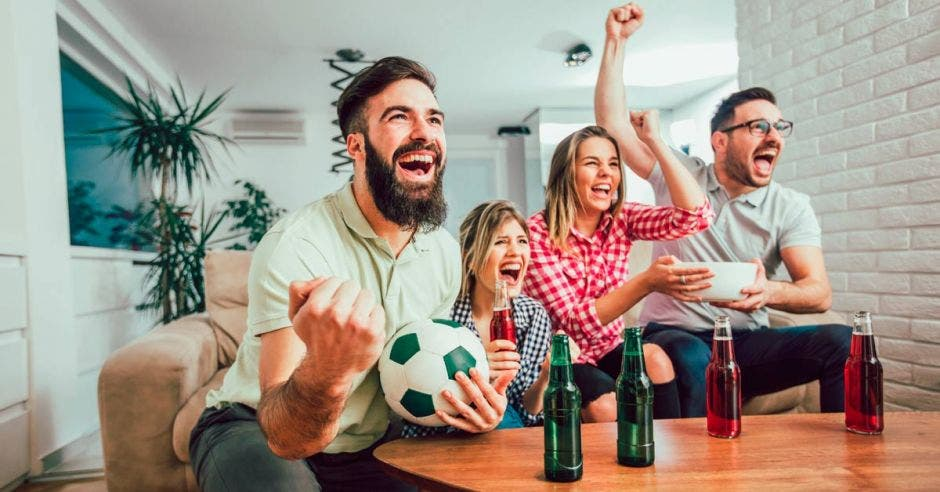 Jóvenes viendo un partido de fútbol por TV