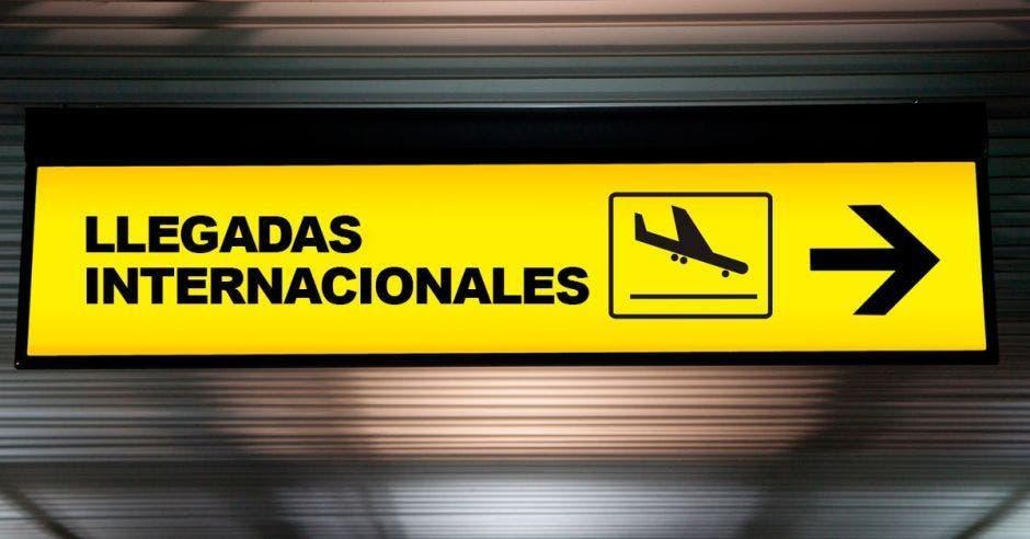 Un letrero de llegadas internacionales