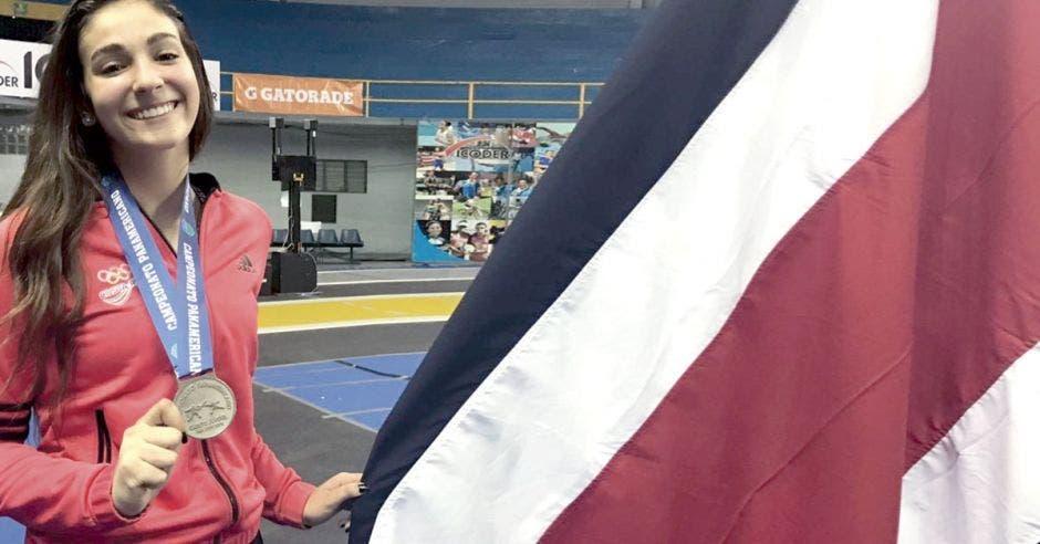 karina dyner con bandera de pais