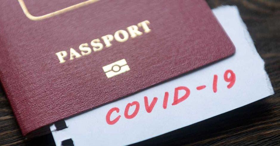 Un pasaporte con un documento de coronavirus adentro