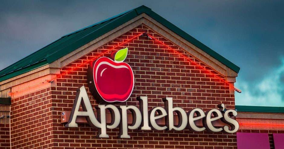 Restaurante con el logo de Applebees en el techo
