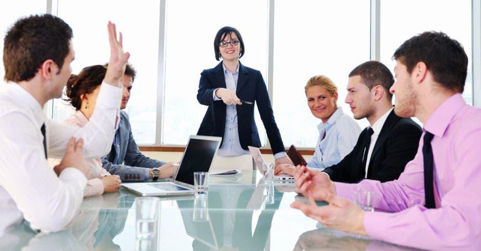 Una jefa y su equipo disfrutan un ambiente laboral positivo