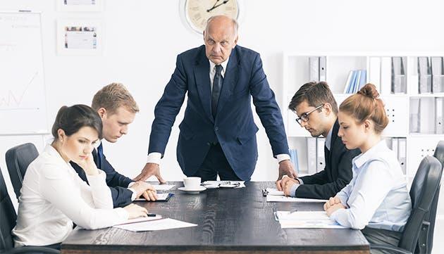 Un jefe de mal humor intimida a su equipo de trabajo.