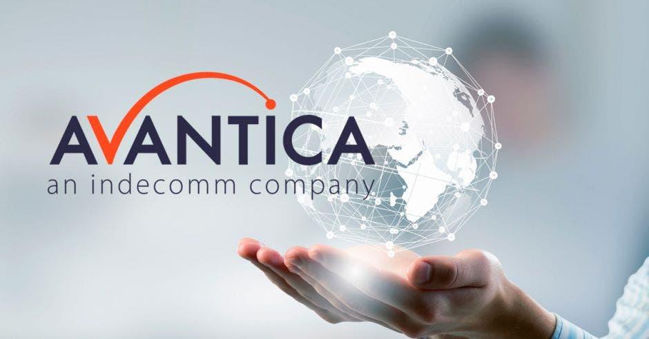 El logo de Avantica sobre un fondo de tecnología