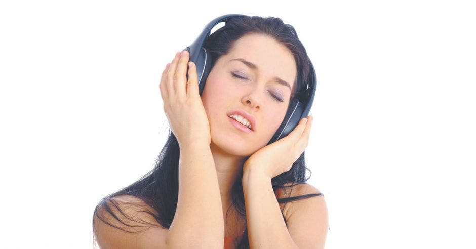 Mujer con audìfonos