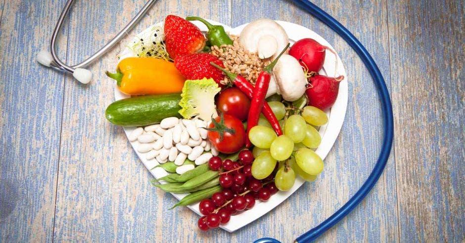Un plato saludable en forma de corazón y un estetoscopio