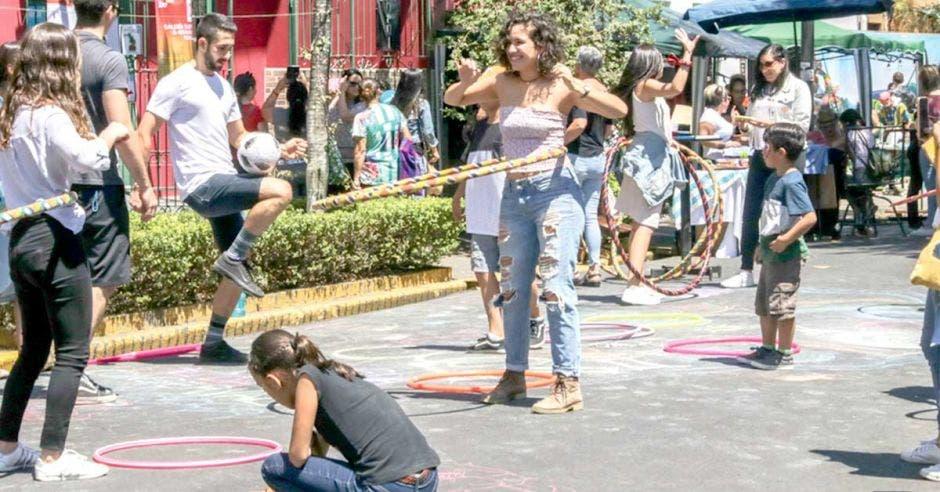Gente en la calles jugando y pintando