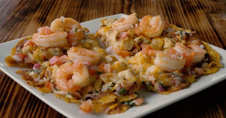 plato de patacón con camarones