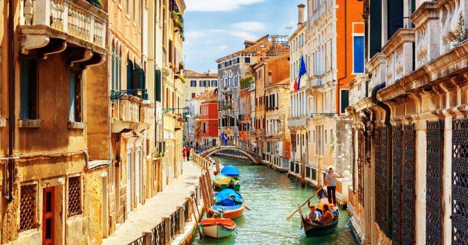 Un canal de agua dulce en medio de varios edificios