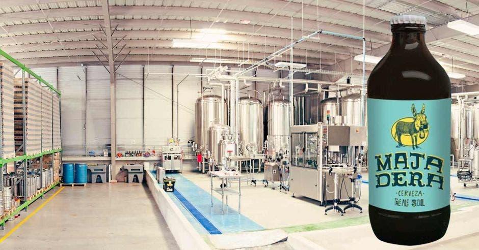 Una de las fábricas de la cervecería, con una montaje de una de sus cervezas a un lado