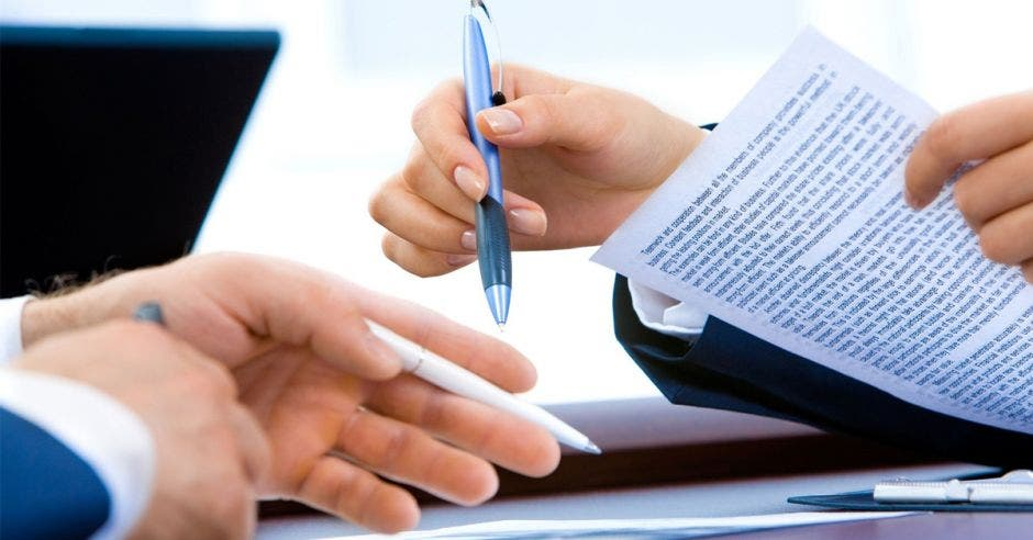Dos personas con papeles en la mano