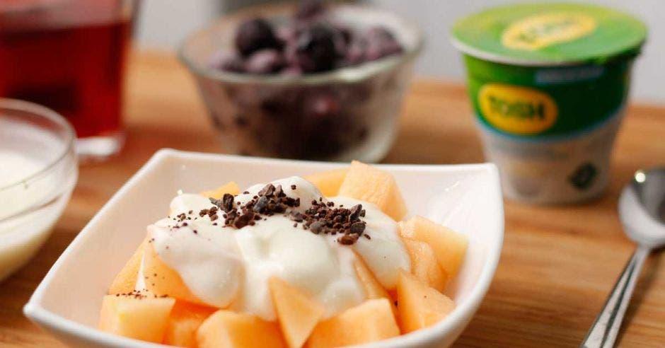 un plato de melones cubierto de yogurt
