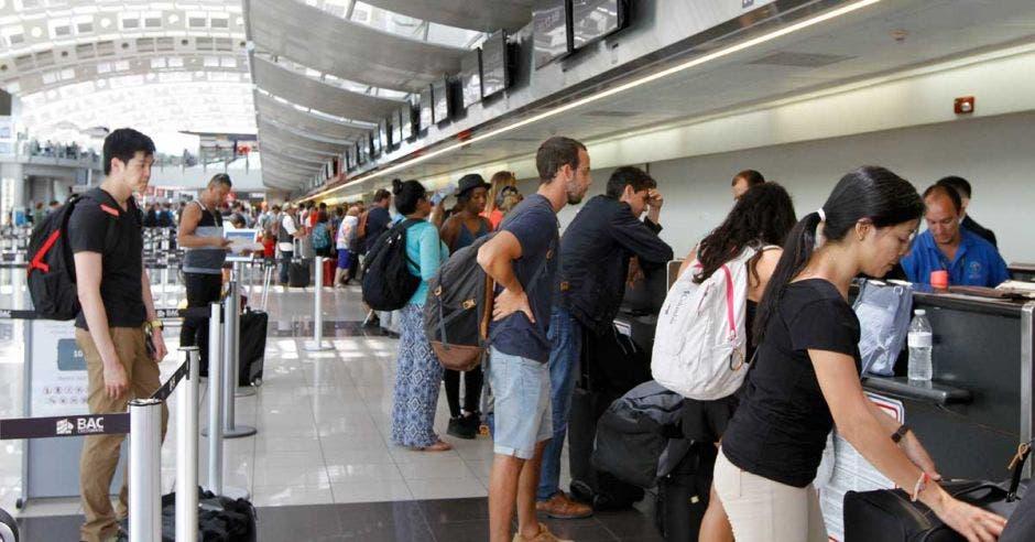 Un grupo de turistas hace check-in de su equipaje