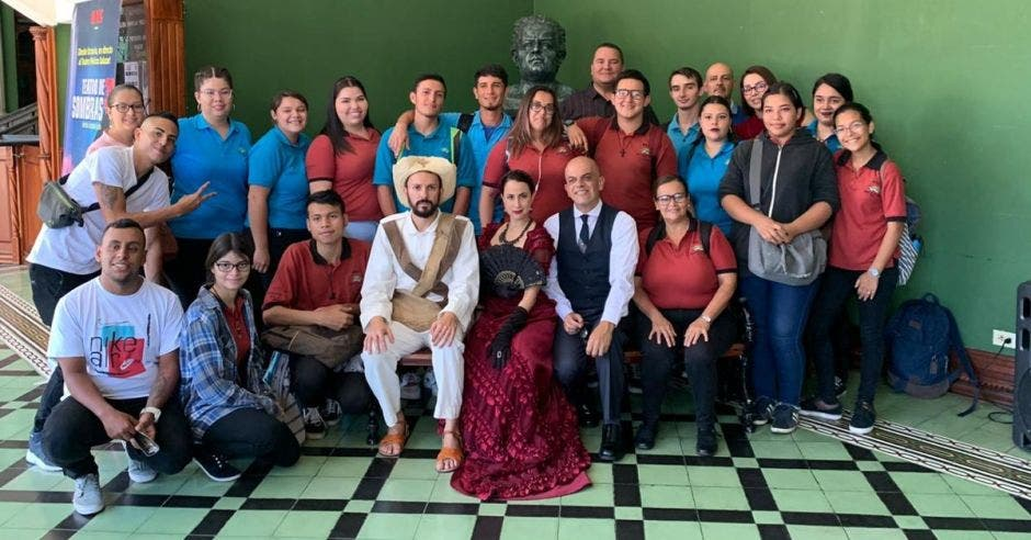 Grupo de personas en el Teatro Melico