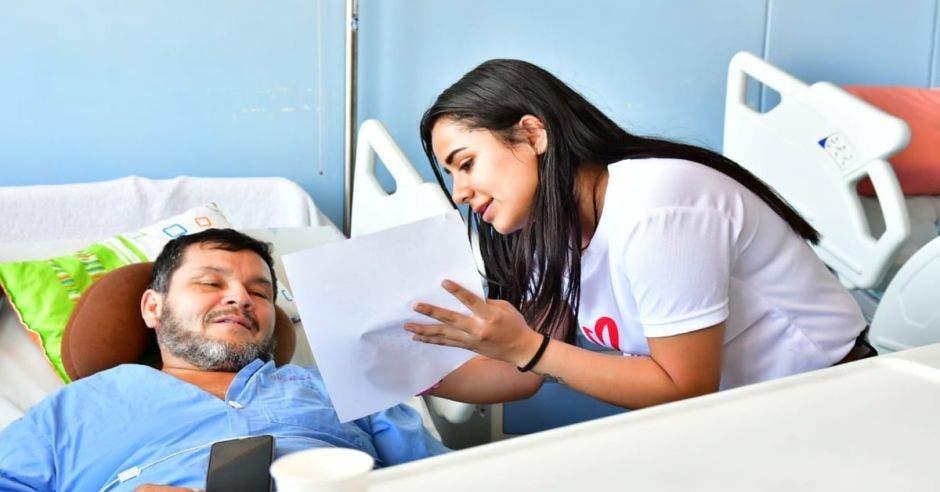 Joven con paciente de hospital