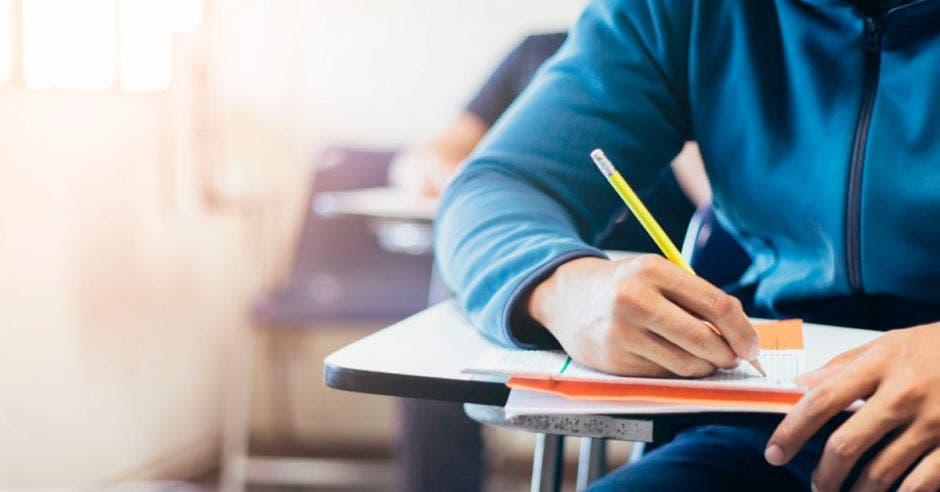 Un alumno con un examen