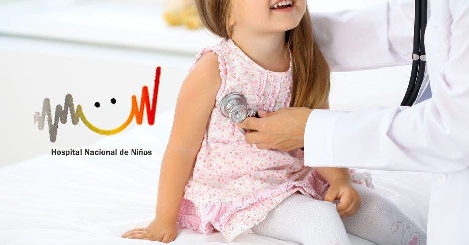 Una niña siendo revisada
