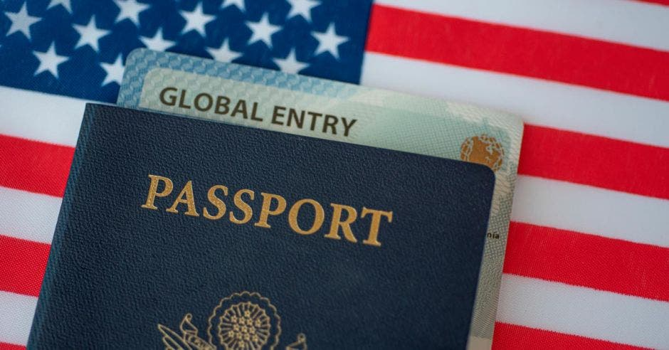 Un pasaporte con +un documento de global entry adentro
