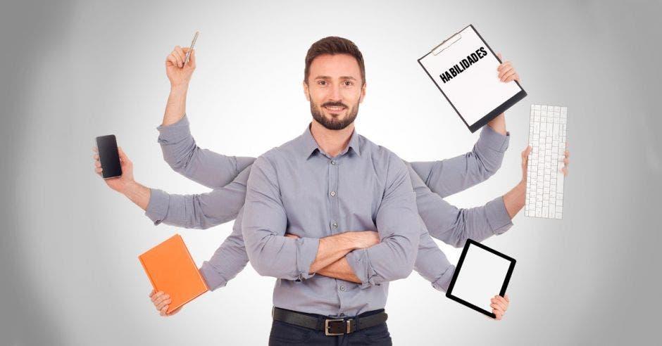 Persona realizando múltiples tareas con sus brazos
