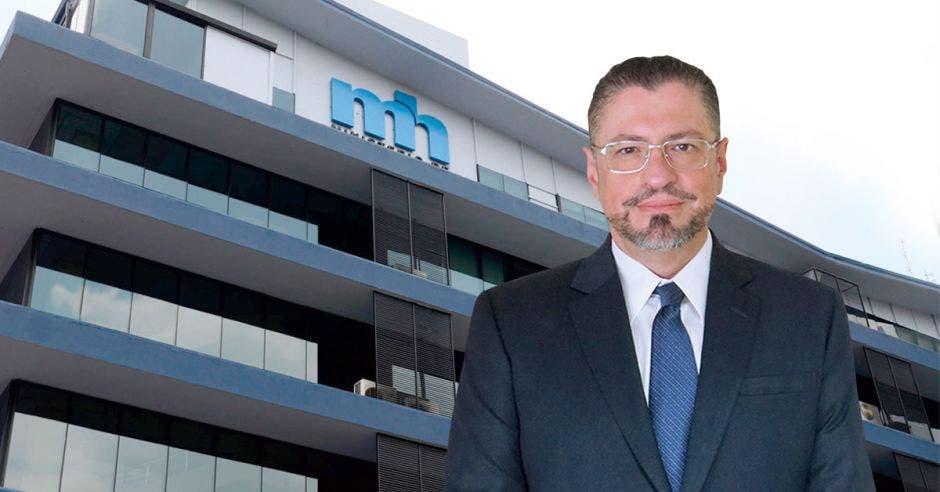 Rodrigo Chaves, ministro de Hacienda con el edificio de hacienda de fondo