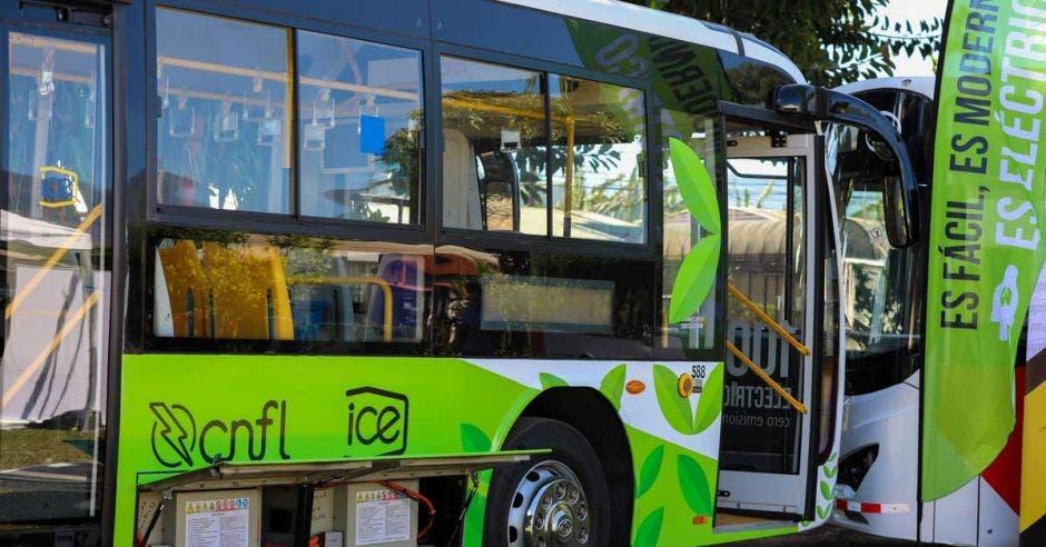 Un bus electrico color verde con blanco