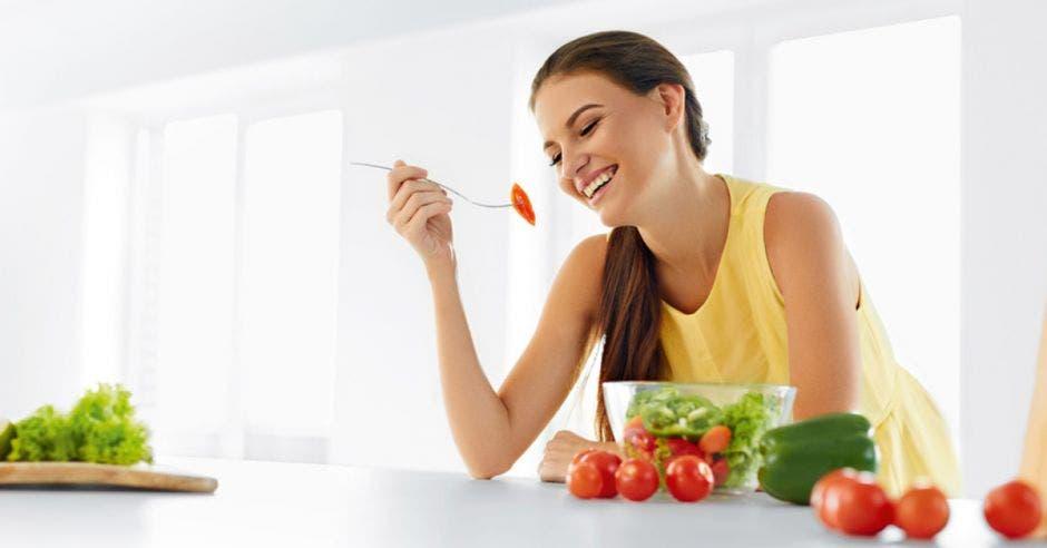 Una muchacha disfruta de una comida nutritiva.