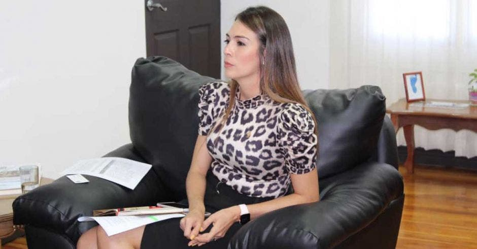 María José Corrales en un sillón negro en su despacho