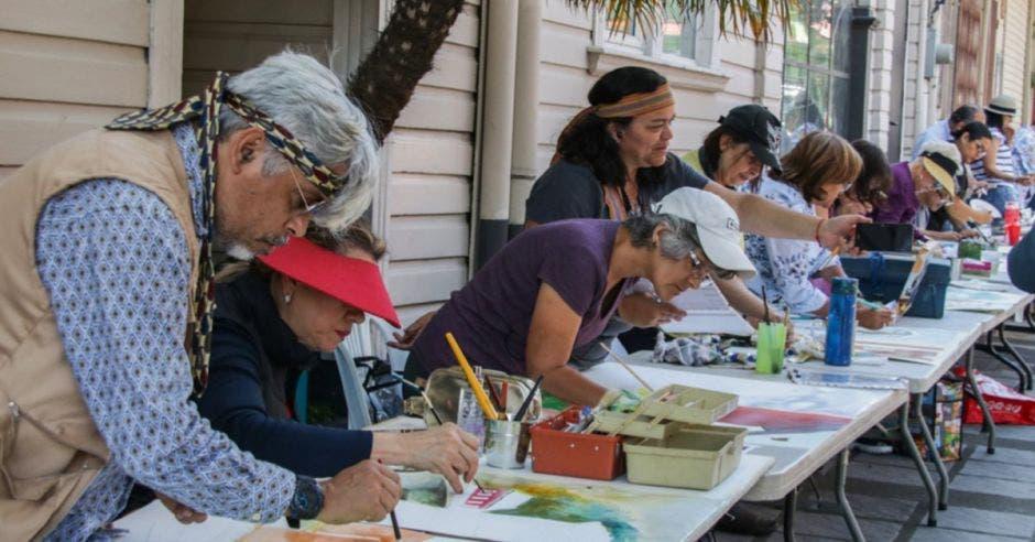 gente pintando en una mesa