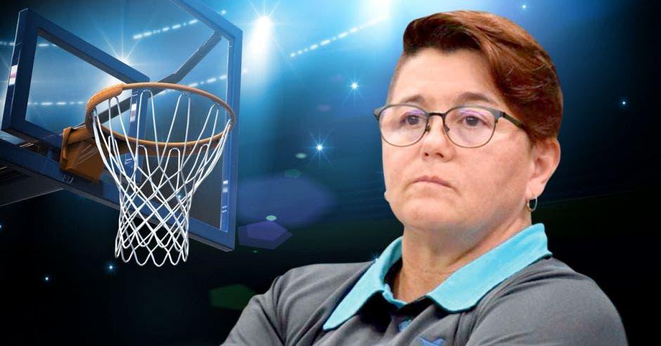 mujer y marco de basket