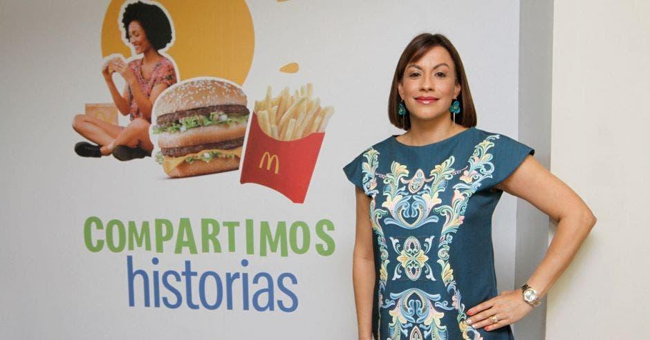 Marcy Bolaños usa un vestido verde con motivos típicos