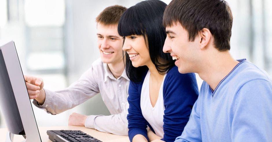 tres jóvenes frente a computadora