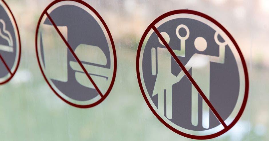 iconos prohibidos: comida y un hombre levantando la enagua a una mujer